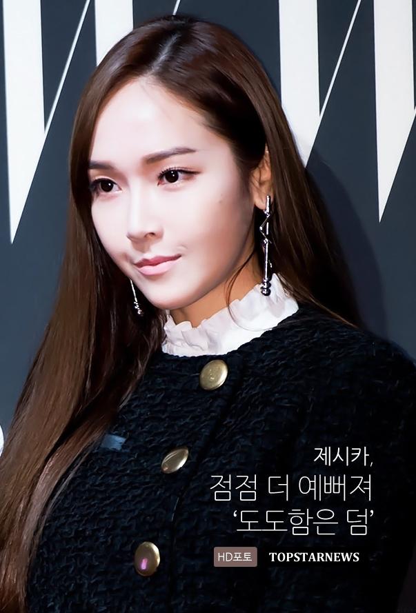 首先要介紹可以瞬間提升氣勢的綴飾耳環!Jessica 參加W Magazine派對時,以存在感強烈的綴飾耳環搭配簡約的造型,平衡整體造型,也能讓視線聚焦頸部之上。