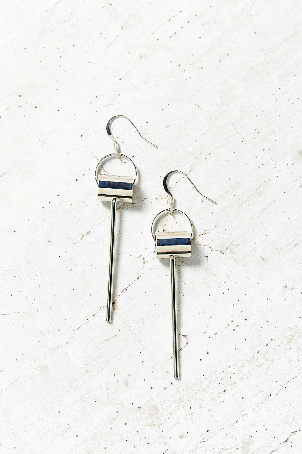 垂墜式的線條耳環在耳際邊做細節設計,簡單的設計能夠呈現出個人的好品味!