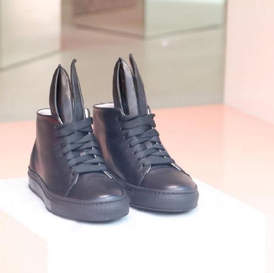 兔耳的設計讓人愛不釋手,看似樸素的黑色休閒鞋,加上兔耳後更加俏皮。