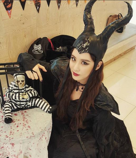 在SM的萬聖節派對上巧扮萬惡女巫的徐玄,私底下的素顏又是什麼模樣?