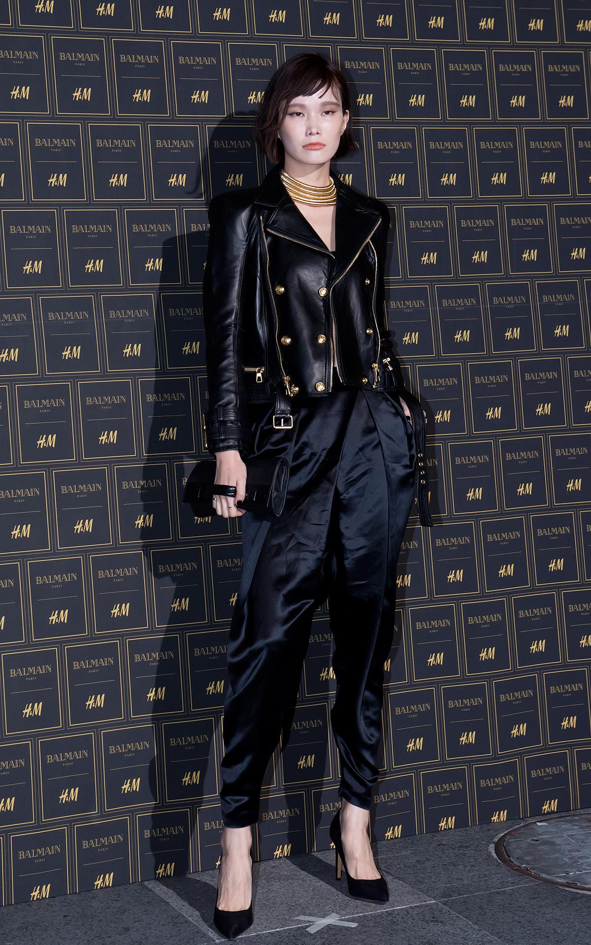 宋京雅也選擇了寬褲做為造型重點,最西引人注目的是那件她身上搭配的皮外套,金屬拉鍊的設計帥翻了。
