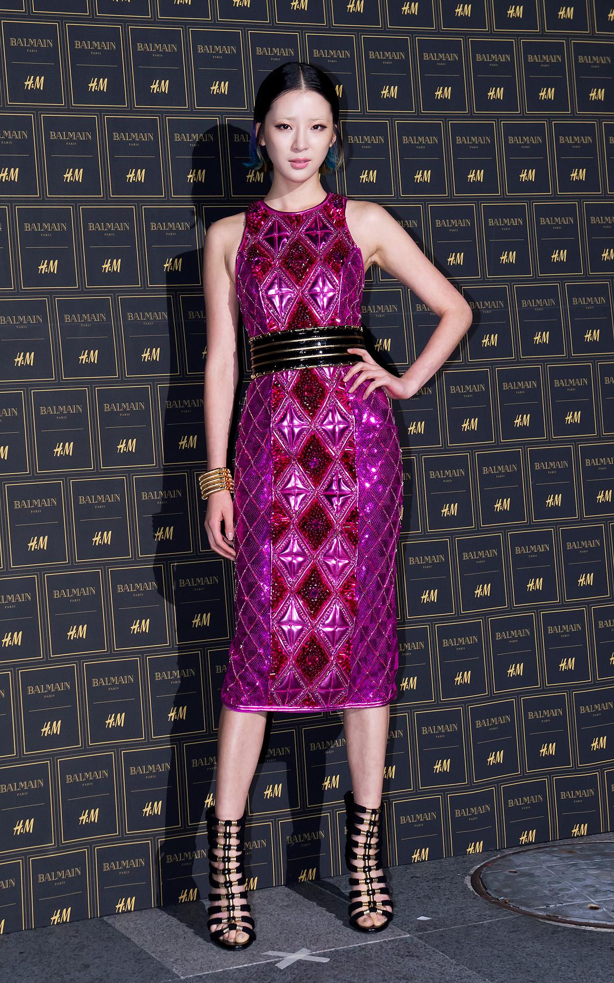 超模Irene Kim一襲桃紅色的連身設計裙款,簡單又大方,絕對是集結眾人目光的Party Look!