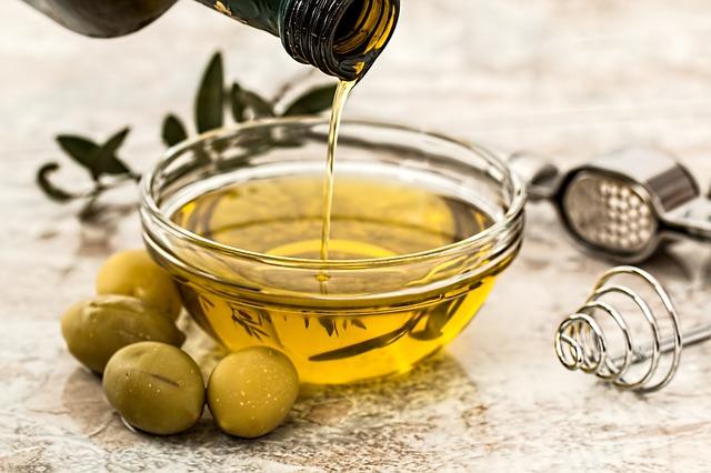 1. 油! 油對於肌膚有很多用途,除了卸妝,也可以滋養修護。橄欖油、椰子油、 荷荷芭油與蓖麻油都是對肌膚無害且具有保養作用的油,使用乾淨的睫毛刷輕輕刷上一層,就可以防止睫毛脫落,還可以刺激生長喔!