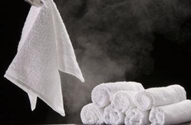 除毛之前首先要用熱毛巾熱敷一下, 充分打開要除毛部位的毛孔, 這樣才能減少皮膚損傷。