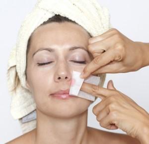 面部脫毛推薦使用專用的面部剃毛器或者蜜蠟脫毛, 但要注意,蜜蠟脫毛要在面部沒有小傷口的時候進行。