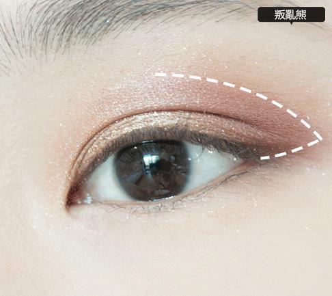 3.用葡萄紫色眼影從瞳孔掃到眼尾