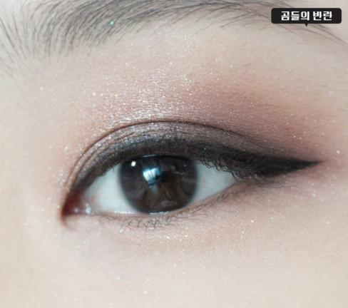 6.眼線比日常妝的眼線稍微畫濃一點,眼尾上翹才夠魅惑。