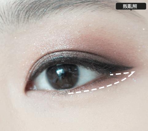 7.下眼皮從瞳孔到眼尾塗上深棕色眼影