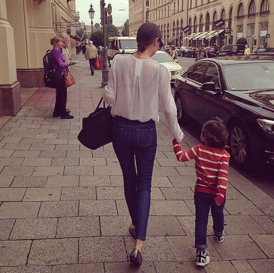 牽著兒子的手走路的樣子,看了心裡暖滋滋...*.*