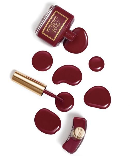 今年「酒紅」色調被選為最時尚的色彩,因此許多指彩品牌都推出了適合秋冬暗色調、能讓手指看起來更修長的酒紅色指甲油。