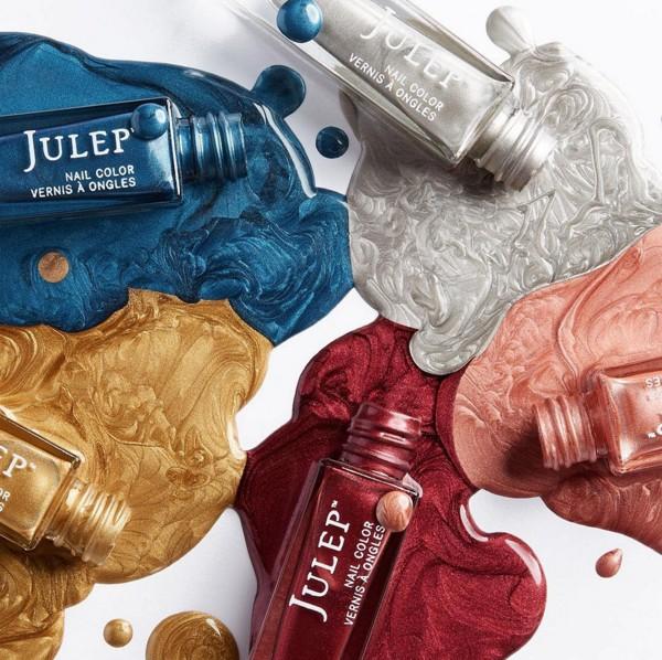 每年到了秋冬就會有金屬色調的單品推出,今年的金屬色系似乎不只強調金銀雙色,加入了許多繽紛的色彩!