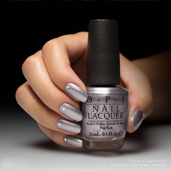 另外前衛的銀色,今年也有了不同色碼的指甲油推出,增加了鏡面的感覺。