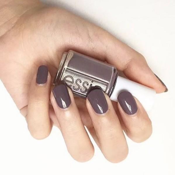 喜歡低調、氣質色系的女生則可以選擇藕色系的紫色指甲油。