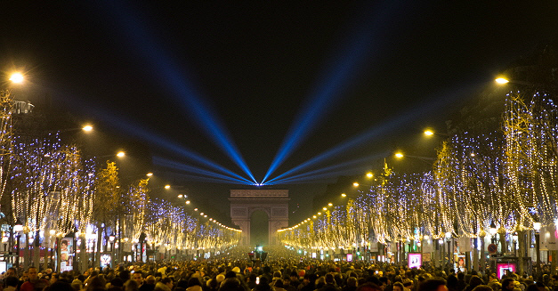 ⑥冬季璀璨的巴黎夜景 沿著香榭麗舍大道,直到凱旋門,兩旁的林蔭樹都掛上美麗的彩燈♥~