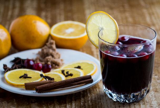 來一杯熱紅酒Vin Chaud ,欣賞著香榭麗舍大街璀璨的街道,感受法式浪漫風情,淪陷了...不想回來了~...(不是還沒去嗎???)