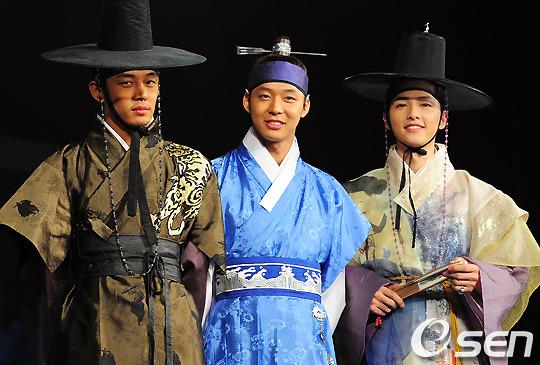 但是這部是校園劇無誤啦~戲劇是以朝鮮時代成均館作為背景。真羨慕朴敏英那時候有三位帥氣男演員圍繞在身旁ヽ(✿゚▽゚)ノ