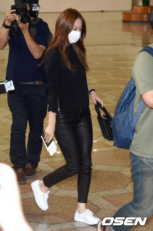 Krystal的皮褲LOOK就沒有姐姐那麼強勢了,配上白色運動鞋,其實也可以很休閒風呢~