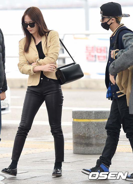 當然配上適合秋天的顏色卡其色西裝外套也不錯,Krystal真的是很愛西裝啊!