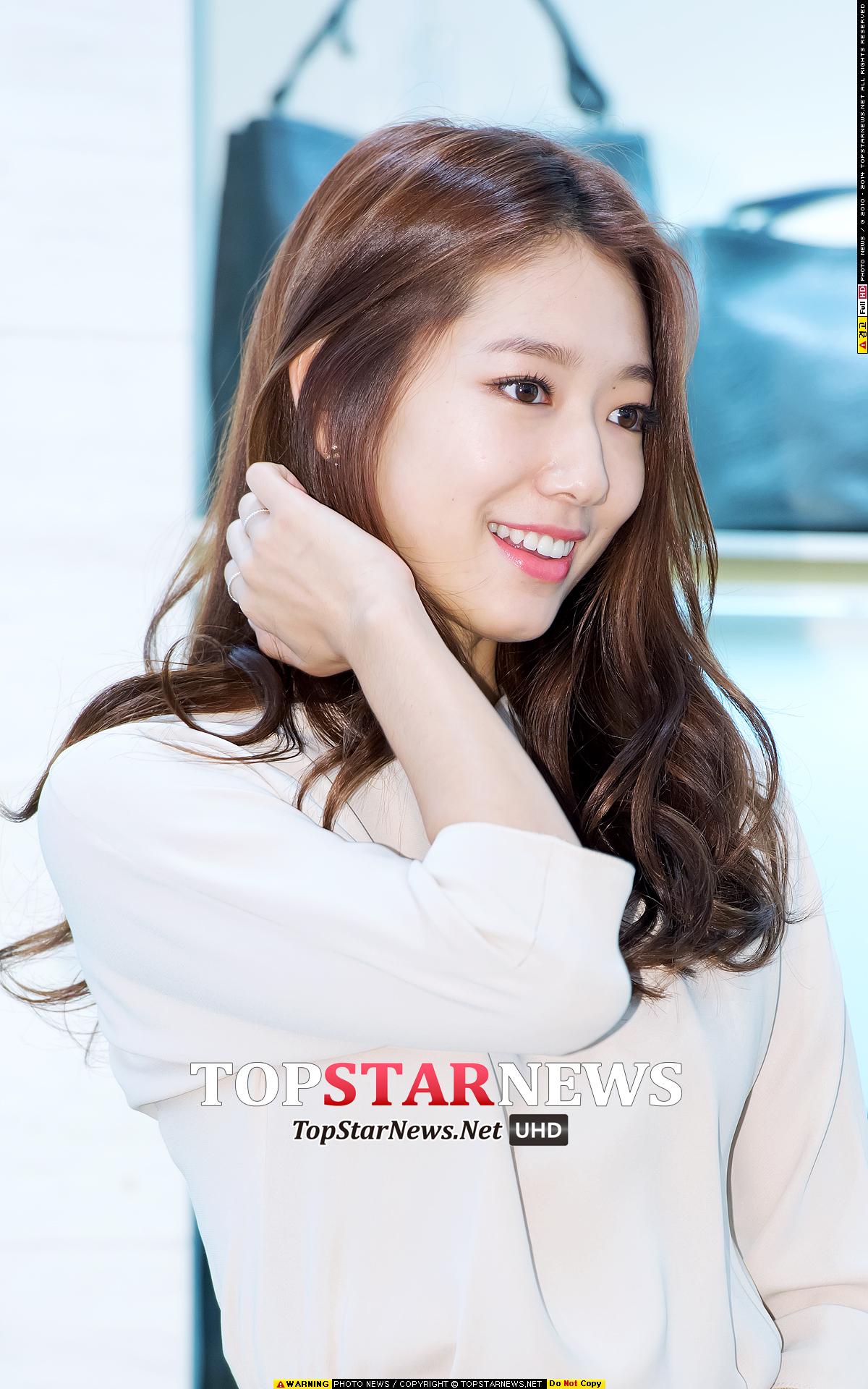 常常陽光笑容滿面,好感度極高的女演員朴信惠呢?