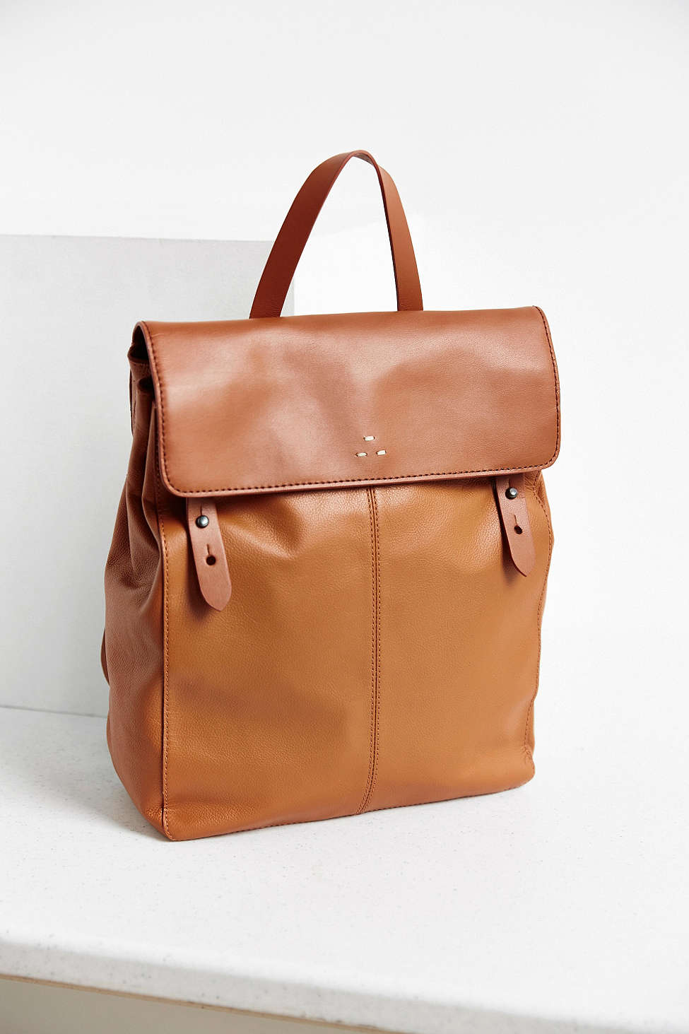 如果喜歡忠於皮革原色的感覺,這樣的扁包設計也很合適!