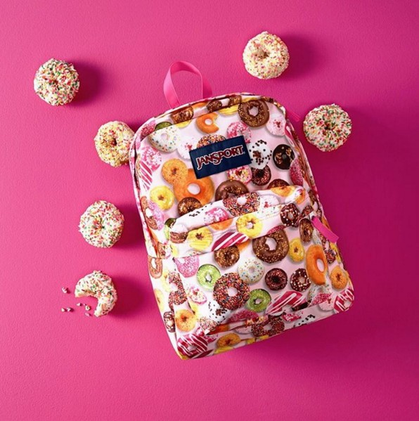 近年也多了很多設計款,特別是位女生設計的包包,風格較為大膽鮮豔!
