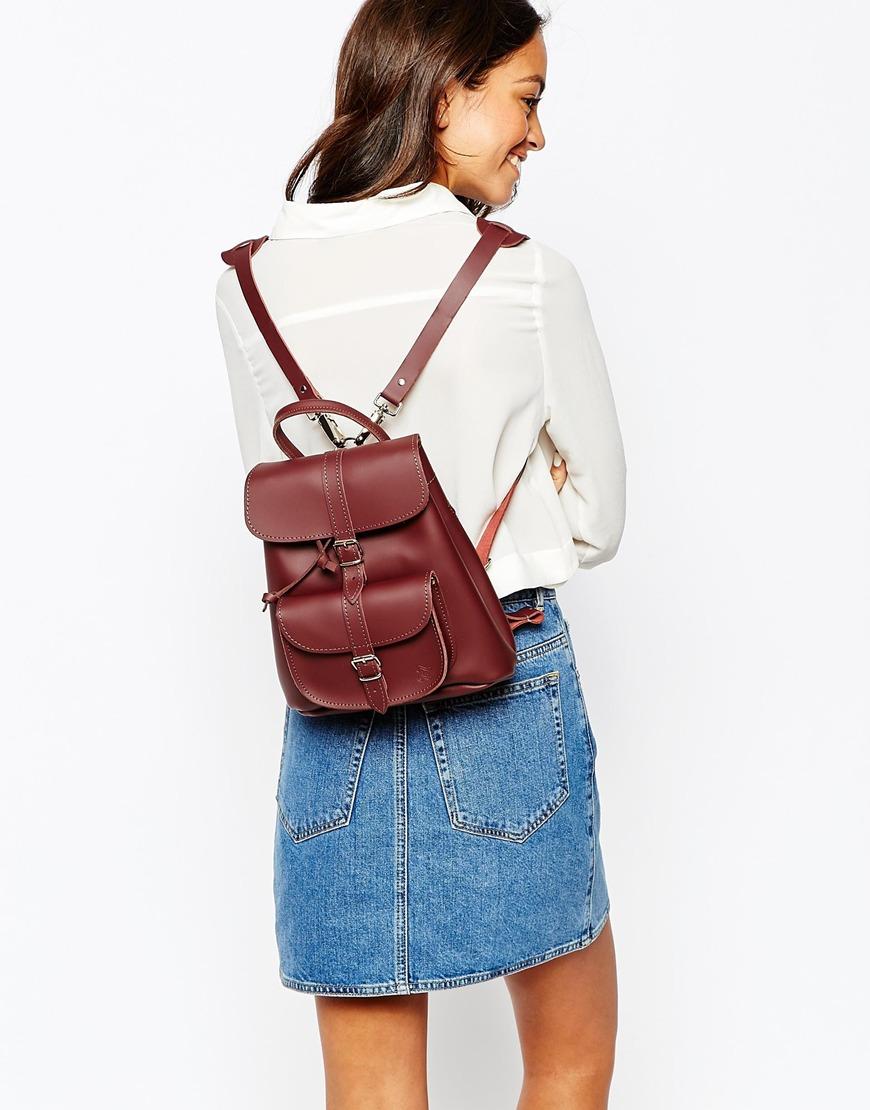 酒紅色的小包看起來雖不實用,但出門去玩,不想帶大包包時就很好用喔!
