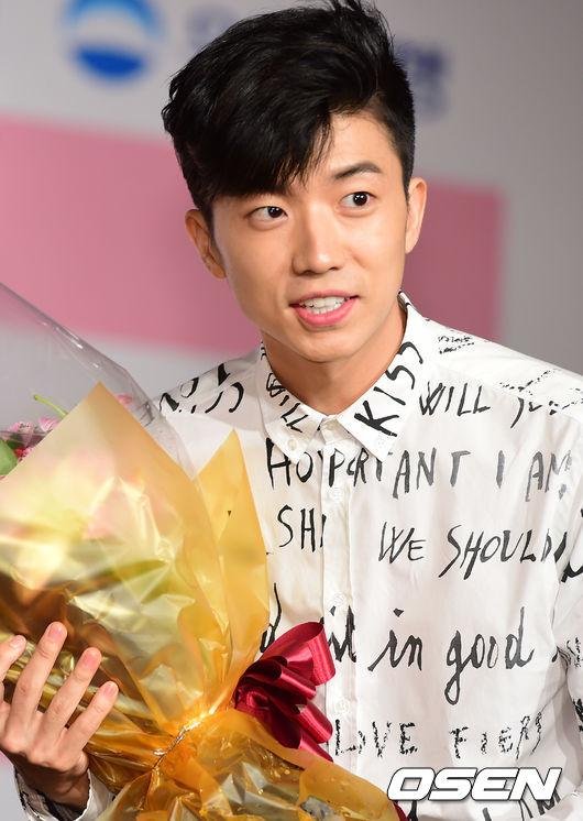 4. 2PM 禮真的不能亂收,2PM就從粉絲那裏接過花束,但粉絲送的卻是韓國喪事用的花,讓人不寒而慄,好在收到花之後沒有其他死亡威脅發生!