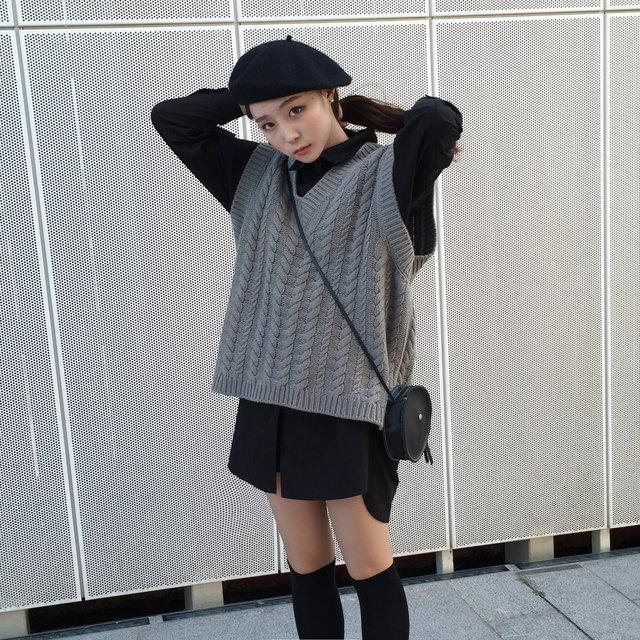 單穿長款襯衫或許會給人一種「下衣失蹤」的感覺,但如果加上一件背心是不是就好多,貝雷帽也是必須入手的秋季單品。