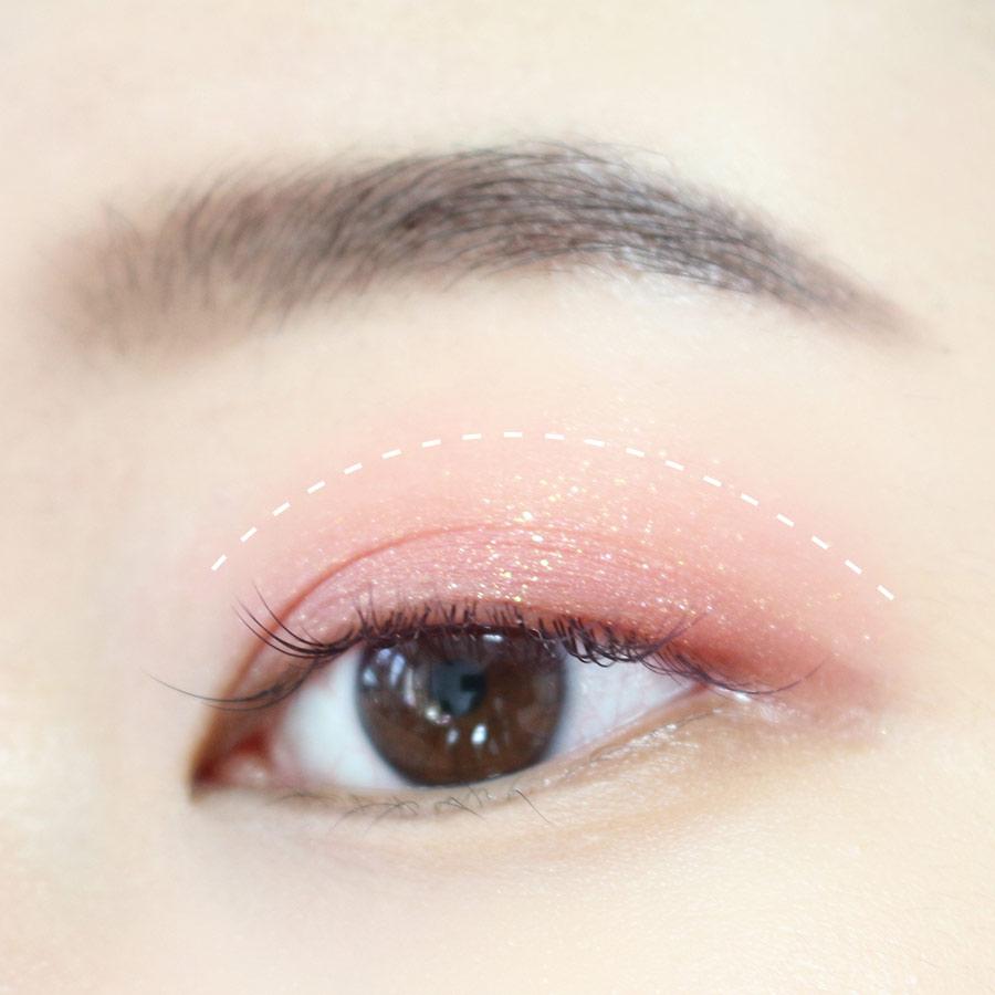 之後,在圖示虛線處塗亮粉色眼影~! (伊蒂之屋)