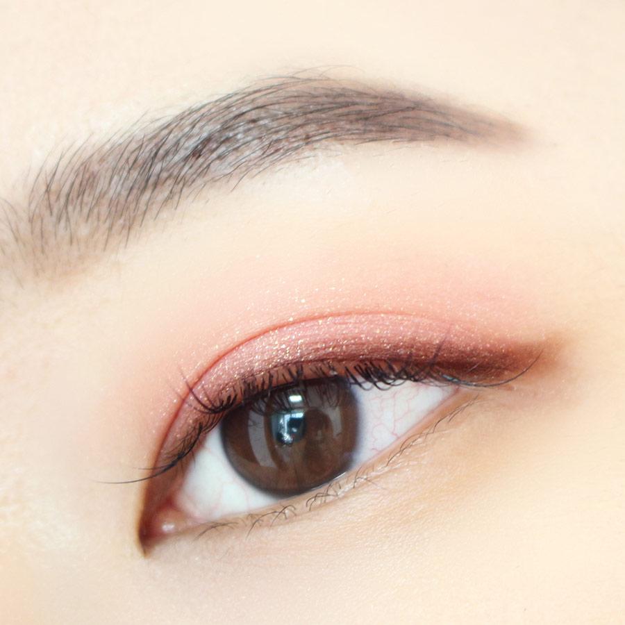 為了凸顯靈動的眼神,我們要畫眼線了!黑色的眼線會給人強勢的感覺,所以我們選用褐色的眼線 :-)