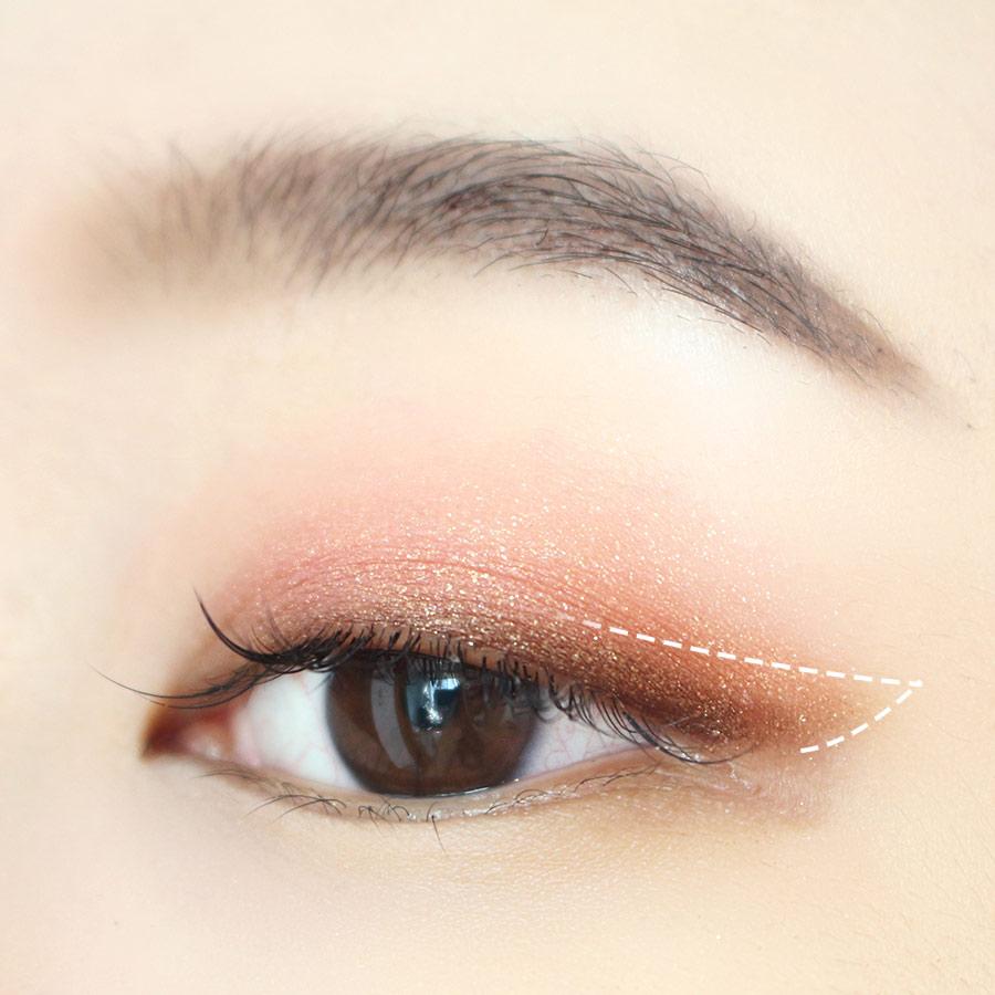 畫好了眼線後,再塗一點明亮的棕色眼影,這樣可以凸顯雙眼皮! (愛茉莉Mono Eyes NO.42)~