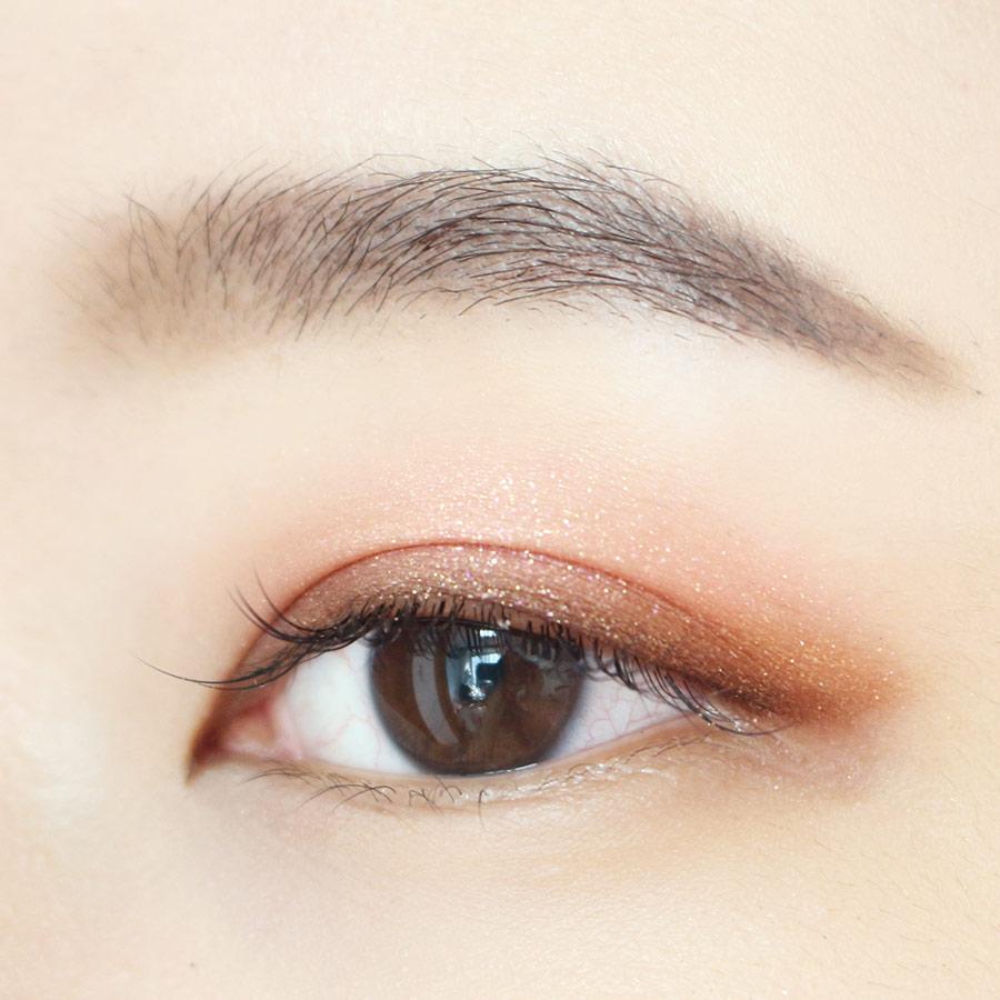 棕色眼影的使用,在凸顯眼線的同時,還讓整個眼妝看起來不妖艷,更柔和~