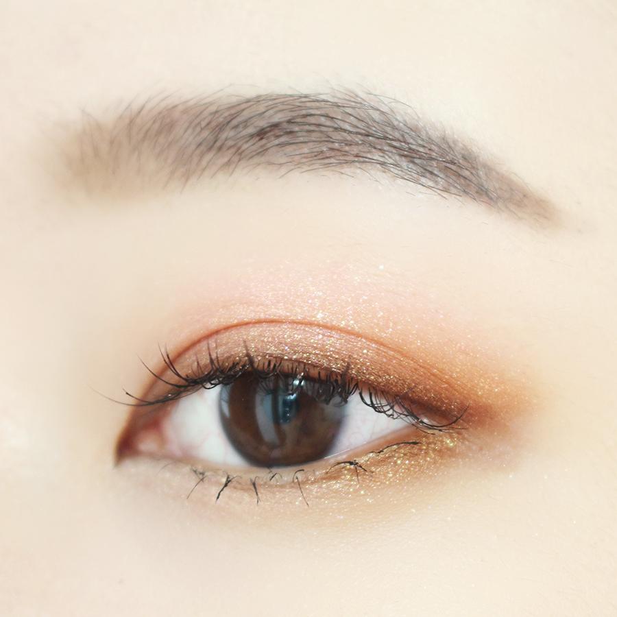 最後在眼窩中部和臥蠶尾端塗一層亮色眼影, 刷上上下睫毛膏就OK啦~