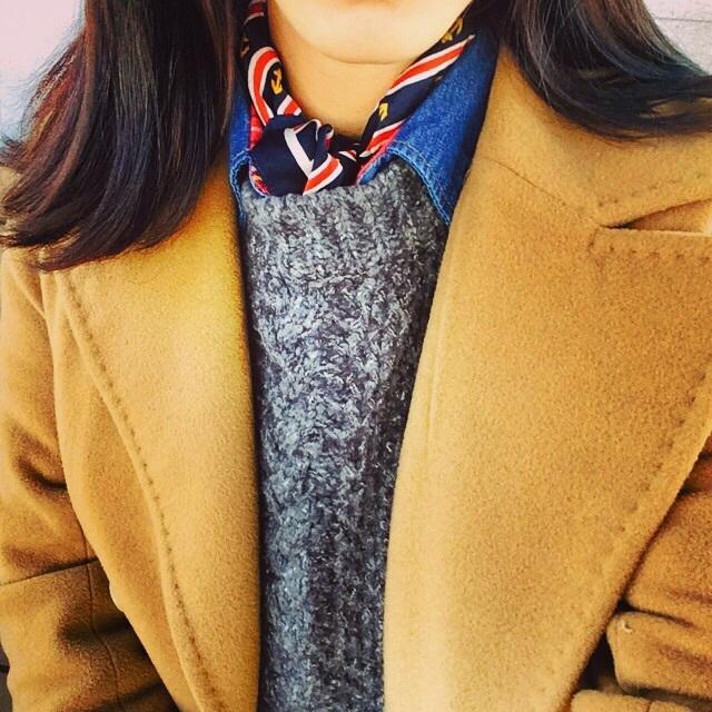 偶爾也可以耍點低調的小心機~把絲巾整個塞進衣服裡,只露出脖子的部分,一定很保暖