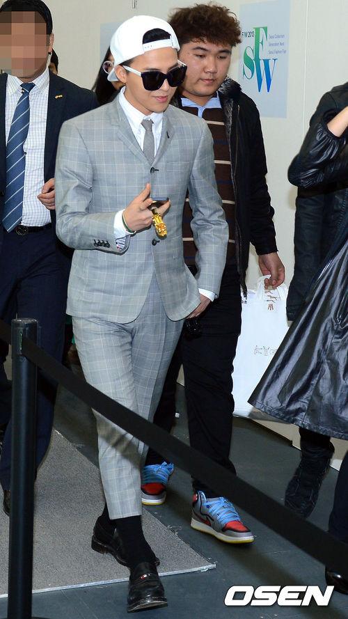 Thom Browne最出名的就是男裝 那些扣子少、袖管褲管短一截的炭灰色西服套裝 還有醒目又巧妙地裝飾在單品中的三色條紋 都是Thom Browne的標誌性設計