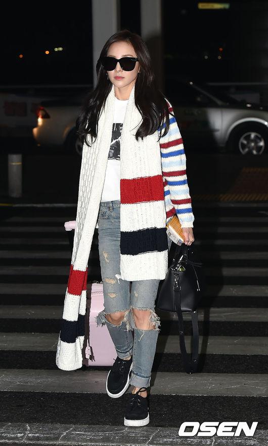 在GD推廣下,從BIGBANG開始逐漸蔓延到整個YG家族 而2NE1的Dara就是TB的深度中毒者 長長的針織圍巾來自TB 2014早秋系列