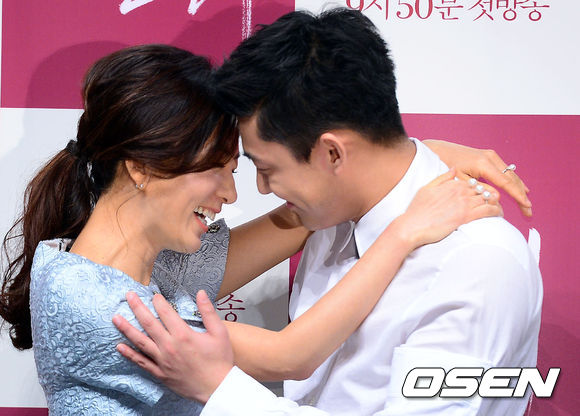 《密會》是翻拍日本電影《東京鐵塔》的作品,是個40歲中年已婚女性和20歲天才鋼琴少年之間的禁忌愛情故事。