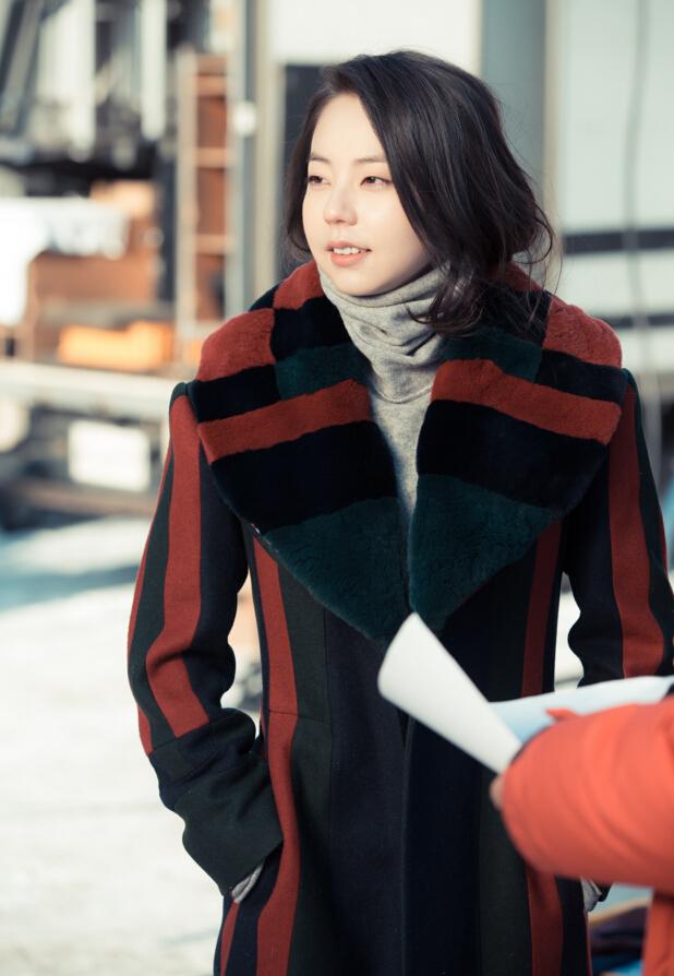 安昭熙在韓劇《Heart To Heart》裡 穿過的這款豎條紋拼皮草大衣來自TB 2014早秋系列