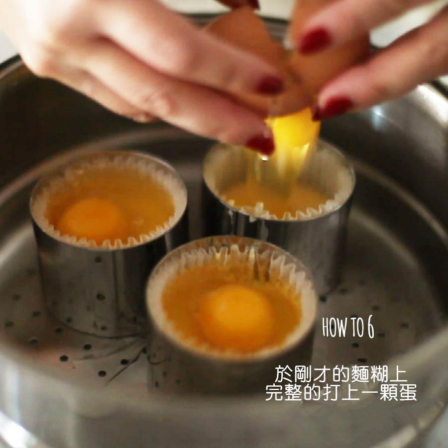 接著為麵糊注入道地韓國魂! 在預留的空間中打入一顆蛋~這就是真正的韓國街邊小吃啊!