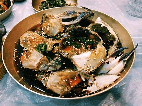 7.  要用手拿著吃的食物 蟹醬 & 雞腿等必須用手拿著吃的食物... 雖然說吃這樣的食物有可能會讓你們的關係更近一層,但是..