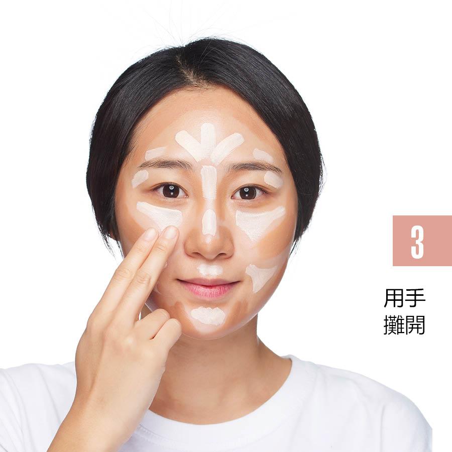 用食指和中指從內向外均勻地攤開粉底液,利用自己手指的溫度讓粉底液更好的緊貼在皮膚上。