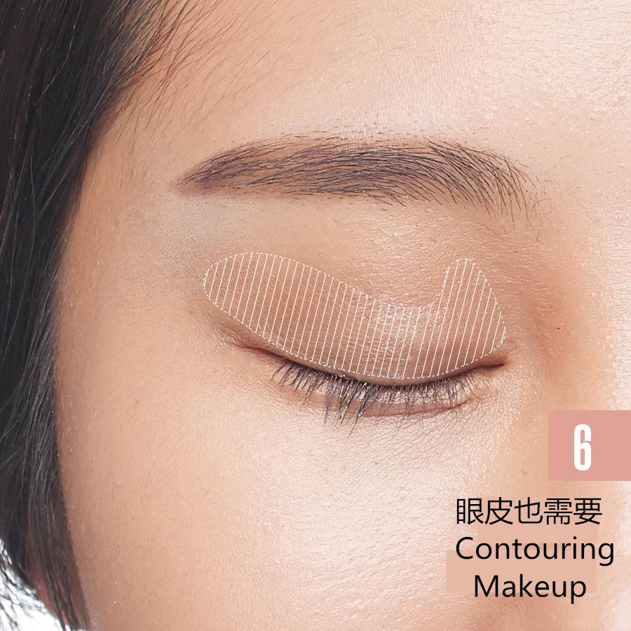 如果想要歐美人的深邃雙眼,在畫眼妝之前眼皮也需要Contouring Makeup,用化妝刷從眼角開始到眼尾大面積掃出陰影來~