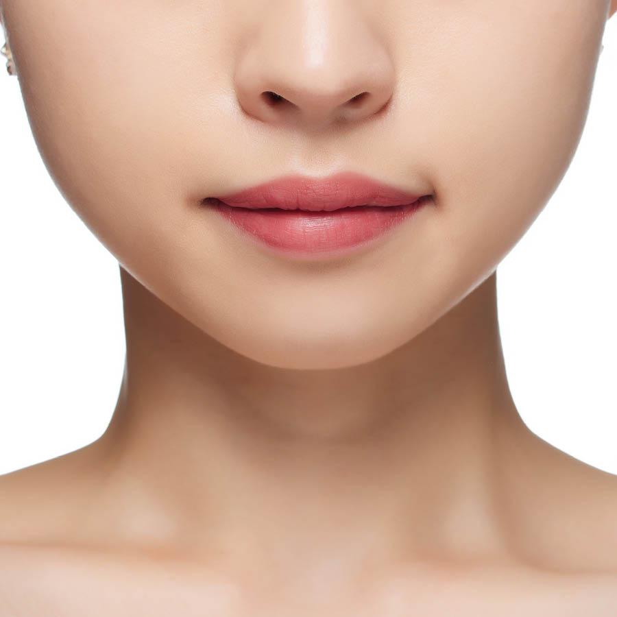 暖色調皮膚的女生塗抹的時候摻著點黃色或者橙色的口紅一起用效果更好,冷色調皮膚的女生就可以摻著粉色的口紅一起用。