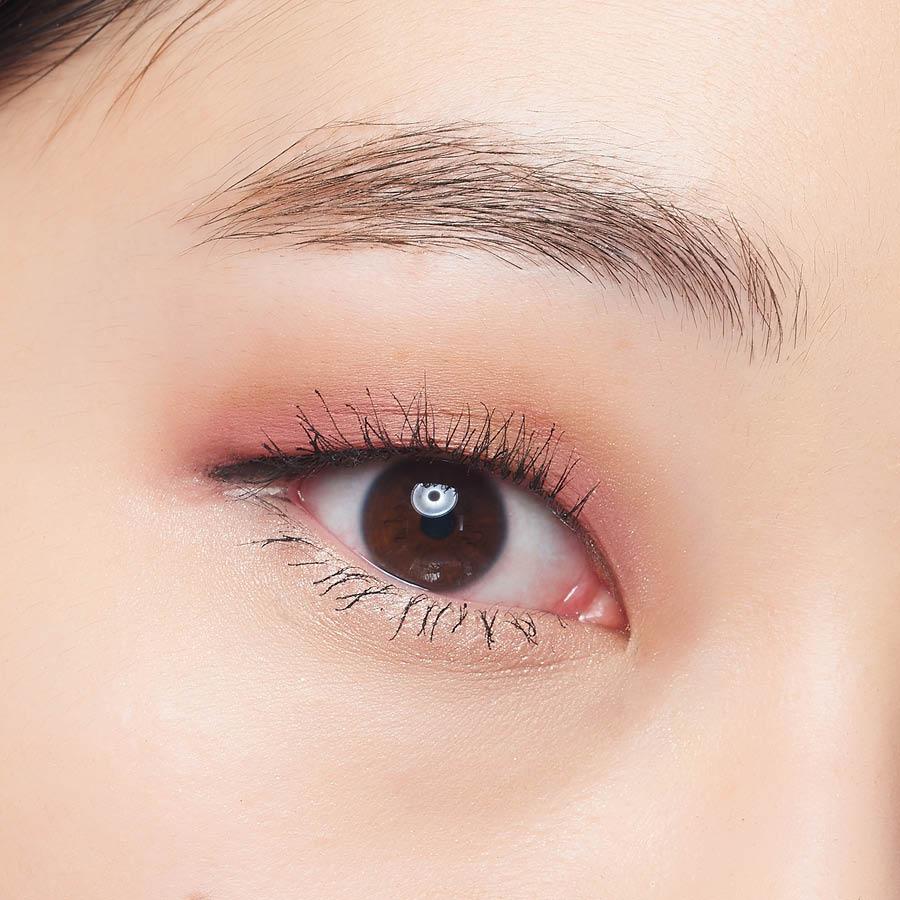 口紅摻了遮瑕膏之後特別服帖自然,這個顏色很容易顯老,所以一定要畫上臥蠶,再加上細細的黑色眼線和捲翹的睫毛。