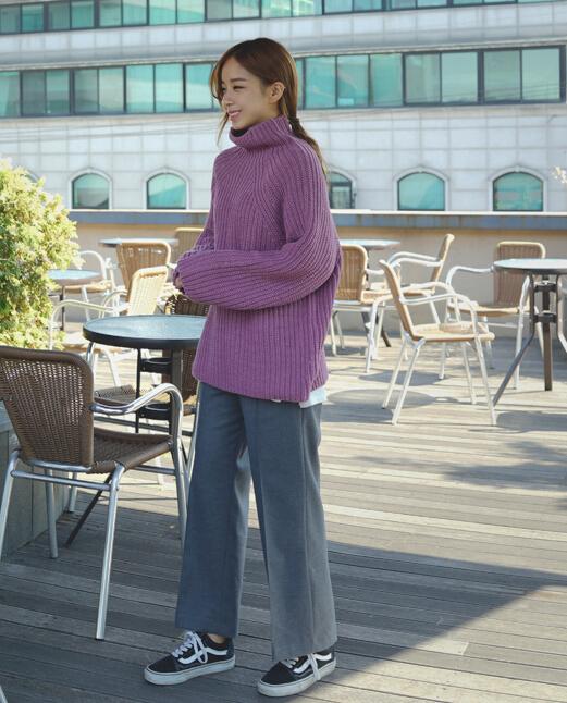 寬大的高領毛衣+寬腿褲+低馬尾,打造出慵懶頹廢的時尚感