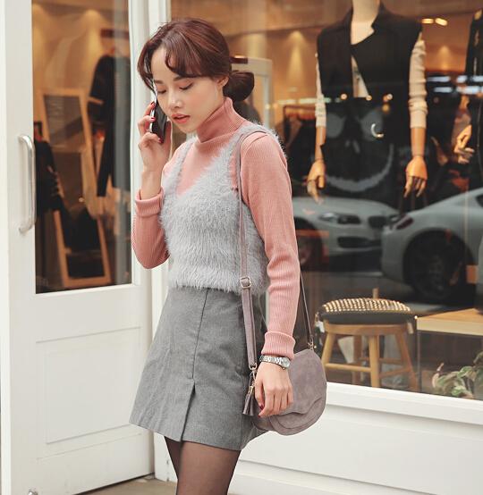 一身灰太無聊~內搭一件粉色的高領毛衣,加上粉粉的腮紅,讓整個人都甜美起來了呢