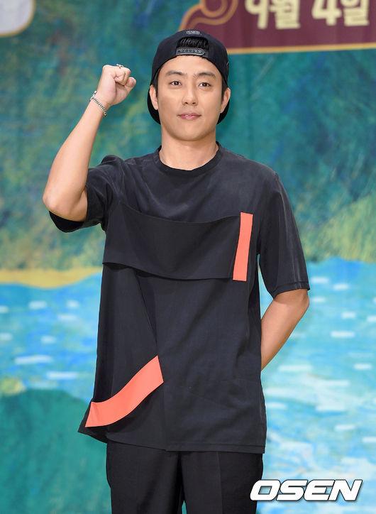 殷志源 第一代男子偶像組合「水晶男孩」的隊長,他有個外號叫殷閣下,這個稱呼可不是隨便亂取的,因為他是真真正正的「閣下」。韓國前總統朴正熙是他的外祖父的兄弟,而現任总统朴槿惠則是他的表姑姑。