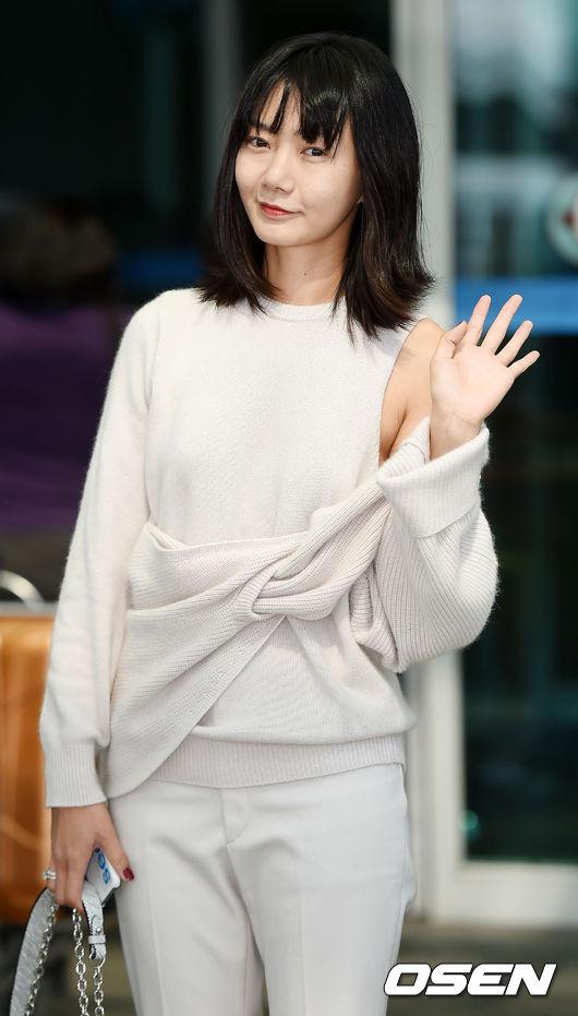 裴斗娜 爸爸是韓國最大食品公司Pulmuone的副社長,媽媽是知名舞台劇女演員,目前則轉職成為大學戲劇系教授。