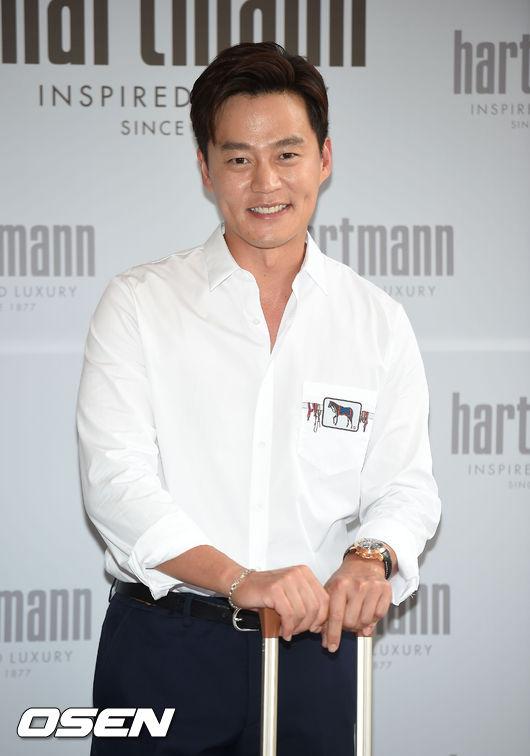 李瑞鎮 爺爺李寶亨是首爾銀行的行長,與LG集團創始人是親家關係,自己是著名金融公司的全球資源部長。