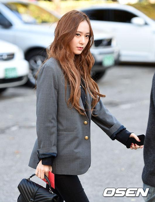 回歸的大勢女團f(x)前往音樂節目錄影的上班路,Krystal自然秋色的捲髮與淡妝令人心跳加速!